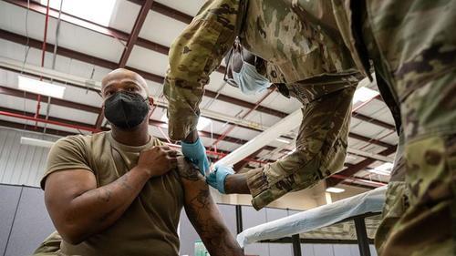 Biden drängt auf unehrenhafte Entlassungen und Kriegsgerichtsverfahren für Truppen, die Impfungen verweigern