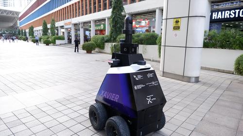 """Robocop ist  in Singapur jetzt Realität! Roboter überwachen """"unerwünschtes Verhalten"""" und erkennen, Gruppen von """"mehr als fünf Personen"""""""