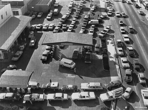 Picture of long lines at the gas pump during the 1970s fuel shortage